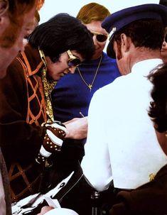 Great colour shot of Elvis signing autographs, shared by Elvis Fan Club, Roma. Iconic Photos, Photos Du, Memphis Mafia, John Lennon Beatles, Buddy Holly, Elvis Presley Photos, Chuck Berry, King Of Music, Rockn Roll