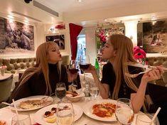 Blackpink Lisa and Rose Lisa Black Pink, Black Pink Kpop, Bae Suzy, Blackpink Lisa, Kim Jennie, Seulgi, Birthday Dinner Outfit, Tumbrl Girls, Lee Sung Kyung