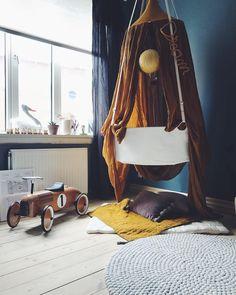 Naomi fik den fineste old school gåbil i dåbsgave, i den fineste farve, som passer så godt til hendes værelse. Jeg er og bliver mega forelsket i det her rum ✨️️#kidsroom #kidsinspo #barnrum #børneværelse #numero74 #smallable @smallable_store #pigeværelse #leander #eventyrligt #eventyr #diy #gørdetselv #krea #kreativ #boligliv #boligpluss #boligindretning #boligmagasinet #bobedre #Regram via @susliving