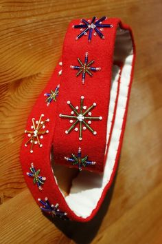 Brystduker/bringeduker og belter til hardangerbunad Color Shapes, Colours, Christmas Ornaments, Beads, Sewing, Holiday Decor, Norway, Hardanger, Beading