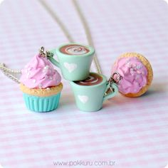 colar chocolate quente com cupcake - turquoise cup of hot chocolate and pink cupcake necklace - miniature food patisserie charms and acessories