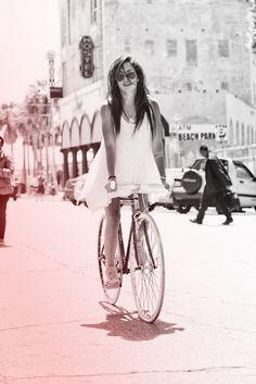 white dress vestido branco bicicleta liberdade sol