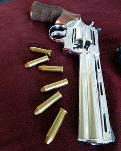 Airsoft Guns, Weapons Guns, Bushcraft, Arsenal, Colt Python, Countries And Flags, Revolver Pistol, Shooting Guns, Cool Knives