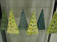 Onpa ollut kiireinen joulukku! Blogin päivtyskin on jäänyt. 1b luokan oppilaat tekivät käsitöissä puiset kuuset. Tässä työs... Crafts For Kids, Arts And Crafts, Christmas Crafts, Christmas Things, Textile Fabrics, Triangle, Woodworking, Crafty, Inspiration