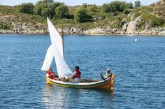 """SailNorway style is also sailing the traditional way! On the island Ylvingen on our way to Trænafestivalen we play with our maskot """"Roland"""" a traditional Nordlandsbåt #seilnorge #nordlandsbåt #færing #tallships #traditional #norway #visitnorway #helgeland #visithelgeland #helgelandskysten #sommerferie #aktivferie #boatflex #seiling #sailing #sailboat #ylvingen #trænafestivalen by seilnorge"""