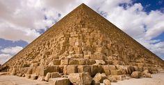 A construção da pirâmide de Gizé, no Egito, começou em 2560 a.C., fazendo dela a mais velha do complexo de pirâmides e a mais antiga das 7 maravilhas do mundo