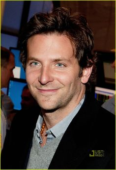 Best Men's Hairstyles by Bradley Cooper 2018 Cool Hairstyles For Men, Hairstyles Haircuts, Straight Hairstyles, Hair Styles 2014, Medium Hair Styles, Bradley Cooper News, Actors Then And Now, Celebrity Haircuts, Charming Man