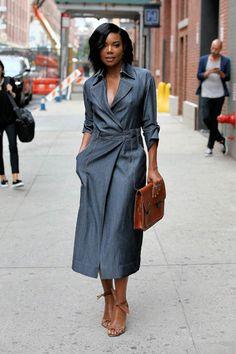 Девушка в строгом джинсовом платье