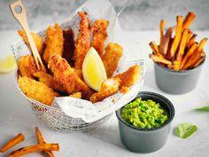 Fish & chips on perjantai-illan rentoa sormiruokaa. Tee se itse lohesta ja bataatista. Laita tarjolle majoneesia, ketsuppia ja hernetahnaa.