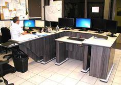 Poste de travail ergonomique multi-moniteurs ajustable en hauteur pour centres d'urgence 911 et société de transport en commun - Position abaissée du module central