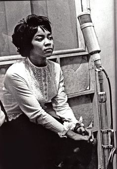 Mavis Staples recording on a Neumann tube mic Music Icon, Soul Music, My Music, Soul Singers, Female Singers, Jazz, Mavis Staples, Soul Funk, Pop Rock