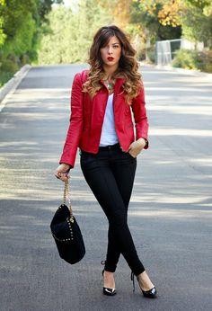 Sexi chica con campera de cuero roja y pantalones negros oufitt realmente precioso