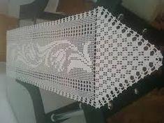Resultado de imagem para caminho de mesa de tecido com crochecom ponto aranha Milani, Filet Crochet, Crochet Table Runner, Round Shag Rug, Centerpieces, Mesas, Needlepoint, Blue Prints, Life