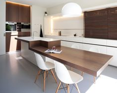Minimal yet Elegant Kitchen Design Ideas - The Architects Diary - - Minimal Kitchen Design Inspiration is a part of our furniture design inspiration series. Minimal Kitchen design inspirational series is a weekly showcase. Kitchen Island Bar Height, Kitchen Island Table, Kitchen Dinning, Kitchen Sets, New Kitchen, Kitchen Decor, Kitchen Modern, Island Bench, Kitchen Furniture