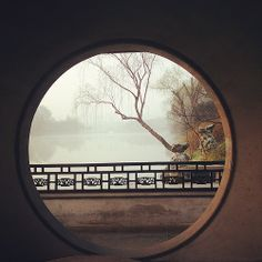 A view to Slender West Lake through a moon gate. New Chinese, Chinese Culture, Chinese Style, Chinese Art, Japanese Culture, Yangzhou, China Architecture, Landscape Architecture, China Mode