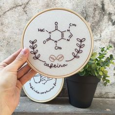 Bastidor Molécula da Cafeína Embroidery Hoop Crafts, Embroidery Flowers Pattern, Embroidery On Clothes, Hand Embroidery Stitches, Embroidery Fashion, Hand Embroidery Designs, Embroidery Art, Cross Stitch Embroidery, Buch Design