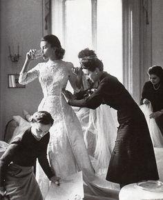 1949 - Linda Christian prova l'abito da sposa nell'atelier delle Sorelle Fontana