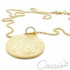 ✨ Colar São Bento folheado a ouro com corrente de bolinhas e pingente da medalha de São Bento. ✨ ╔═══════════════════╗ #Cassie #semijoias #acessórios #moda #fashion #estilo #inspiração #tendências #trends #brincos #olhogregoprotecao #pulseirismo #folheado #dourado #amuleto #Hamsá #brincoleve #colar #pulseiras #berloques #charms # # #
