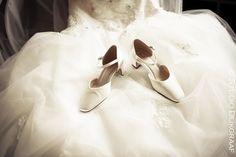 www.studiodijkgraaf.nl trouwfoto trouwreportage bruidschoenen op trouwjurk
