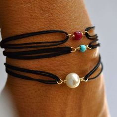 Lovet he simplicity of this leather (suede?) and bead bracelet.