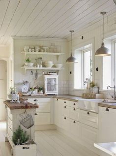 Small Kitchen Remodeling 30 Awesome Small Farmhouse Kitchen Decor Ideas Best For Your Farmhouse Design Small Farmhouse Kitchen, Farmhouse Kitchen Cabinets, Modern Farmhouse Kitchens, Rustic Kitchen, Country Kitchen, New Kitchen, Farmhouse Decor, Farmhouse Ideas, Farmhouse Design