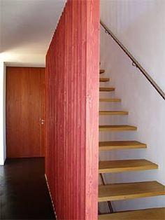 Das Einfamilienhaus fällt nicht aus dem Rahmen der kleinen Siedlung in Fischen am Ammersee und fällt doch auf. Die Münchner u-s-architekten haben den ...