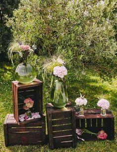 Si queremos incluir cierto aire bucólico y campestre, qué mejor manera de hacerlo que mediante la incorporación de elementos naturales, con las flores silvestres y una pérgola como totales protagonistas.