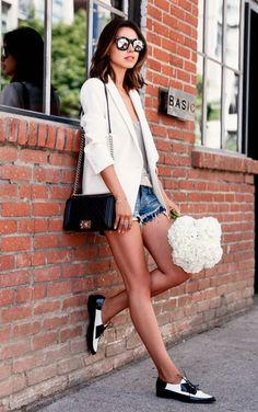 street style look camiseta branca, blazer, shorts jeans e mocassim.