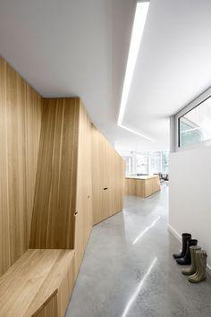 Minimalistische Wandverkleidung aus Holz und Betonboden                                                                                                                                                                                 Mehr