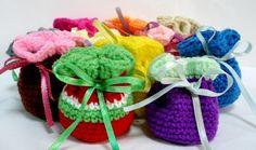 Volete realizzare dolcissime bomboniere all'uncinetto per il battesimo del vostro bambino? Ecco un tutorial semplice e bello step by step per fare le mini-bag colorate.
