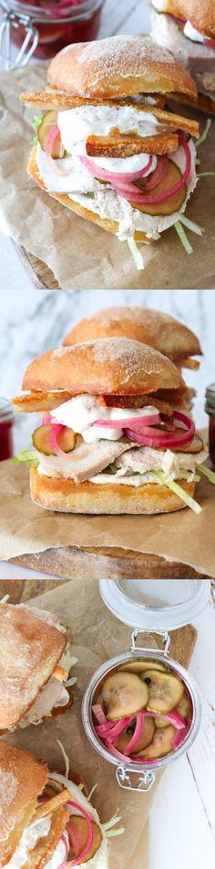 Fantastisk lækker flæskestegssandwich, som alle vil elske! Den laves med hjemmesyltet rødløg og agurk, som er virkelig nemme at lave! Derudover er der en lækker frisk dressing i, som gør denne flæskestegssandwich endnu bedre #Flæskesteg #Sandwich #Aftensmad #Frokost #Brød Sandwiches, Finger Foods, Yummy Food, Dessert, Snacks, Dinner, Frisk, Recipes, Danish