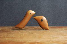 Couple d'oiseaux en bois de Jacob Hermann - danois moderne à la main en teck sculpté et laiton Bird Figurine Set