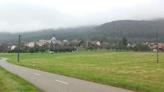 Ein Uriges Örtchen in der Schweiz genauer im Baseler Land. Das Dorf war Wolken verhangen, ein schöner Blick. (Wenn man aus dem Ruhrgebiet kommt)