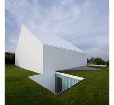 The minimal white home is the Leiria House by Aires Mateus/ The functionality of this house is very traditional and is divided into spaces or private rooms and other areas of social or collective spaces/ Portugal/ 2010