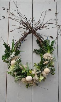 Do you already have Easter decorations at home? Quick view these 7 hanging decoration ideas – Page 7 of 7 – DIY Idees Creatives Do you already have Easter decorations at home? Quick view these 7 hanging decoration ideas – Page 7 of 7 – DIY Idees Creatives Easter Wreaths, Christmas Wreaths, Christmas Crafts, Christmas Decorations, Holiday Decor, Easter Flower Arrangements, Easter Flowers, Deco Floral, Summer Wreath