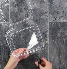 Je zoekt wat vette afbeeldingen die je wilt gebruiken. De afbeelding zal ongeveer voor 70% krimpen in de oven, houdt hier dus wel even rekening mee! Plaats vervolgens het plaatje onder het plastic en zorg dat je ze goed over trekt. Het beste kun je hiervoor een zwarte stift gebruiken. Kleur daarna de afbeelding even …
