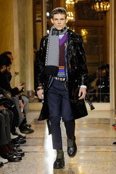 75afcbc8 The complete Versace Fall 2018 Menswear fashion show now on Vogue Runway.