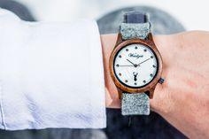 Ein besonderes Highlight mit einem eleganten Perlmutt-Ziffernblatt ist die Alpin Damenuhr aus Walnuss-Holz. Sie wirkt durch ihre edle, braune  Farbgebung zeitlos schön und anmutig. Die handgefertigten Wechselarmbänder aus grauem, braunem, grünem oder pinkem Ennstaler Loden sind etwas ganz Besonderes.  Diese lassen sich besonders leicht tauschen und somit hat die Frau von Welt immer die passende Uhr zu jedem Outfit (egal ob Tracht oder Modern). Wood Watch, Pink, Outfit, Modern, Accessories, Fashion, Don't Care, Handmade, World