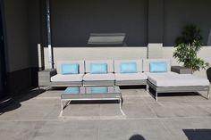 Nieuw, limited edition lounge bank Lineo plat wicker grijs met rvs onderstel. Deze design loungebank van 3.80m lang met tafel en hocker (voetenbank) is beperkt leverbaar en custom made by Arbrini