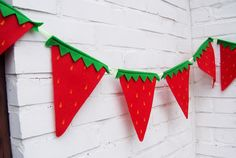 Strawberry Bunting Summer Party Flags Red felt by toastiestudio, Strawberry Crafts, Strawberry Summer, Strawberry Decorations, Summer Crafts, Fun Crafts, Strawberry Shortcake Party, Party Flags, Party Bunting, Bunting Garland