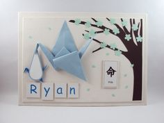 Um enfeite de porta de maternidade cheio de detalhes, montado para marcar a chegada do seu bebê.    Esse painel é repleto de detalhes, feitos de origami. E a base do painel é revestida com tecido.    Depois do nascimento, esse painel também pode ser preso na porta do quartinho do bebê, para enfei... Origami And Quilling, Paper Decorations, Craft Gifts, Newborn Photography, Minions, Clock, Baby Shower, Holiday Decor, Creative