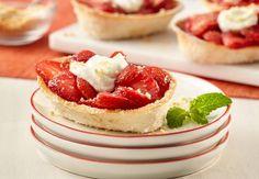 Strawberry Shortcake Mini Taco Bowls™ Recipe from Old El Paso Mini Desserts, Cookie Desserts, Easy Desserts, Delicious Desserts, Dessert Recipes, Yummy Food, Healthy Food, Healthy Recipes, Taco Boats