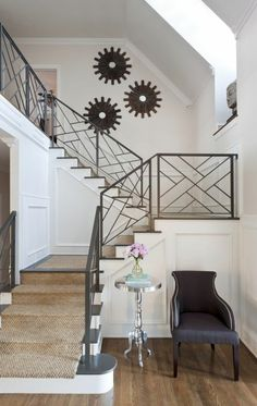 marche d'escalier, rampe d'escalier en fer forgé, murs blancs