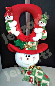 Picaporte muñeco de nieve                                                                                                                                                      Más Christmas Door, Christmas Holidays, Christmas Decorations, Christmas Ornaments, Christmas Chair Covers, Soft Dolls, Diy Doll, Christmas Projects, Christmas Ideas