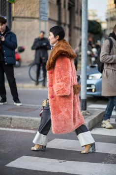 Street Style Milan Fashion Week 2018 this coat is fabulous faux fur teddy style coat in blush pink and peach color with brown collar oversize collar coat in brown fur faux fur long coat in peach color wide leg denim pants Street Style Chic, Milan Fashion Week Street Style, Looks Street Style, Fashion Week 2018, Street Style Trends, Milan Fashion Weeks, Autumn Street Style, Cool Street Fashion, Paris Fashion