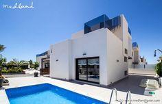 Moderne villa's met privézwembad in de zone Aguas Nuevas in Torrevieja. Een rustige residentiële zone met eengezinswoningen, dicht bij het centrum van de stad, met verschillende commerciële zones en op slechts 5 minuten rijden van de belangrijkste stranden van Torrevieja.  Woningen met twee verdiepingen en een kleder van 80 m2. OP het gelijkvloers bevindt zich een slaapkamer, een complete badkamer, een open keuken en een ruime woonkamer. De bovenverdieping heeft 2 slaapkamers, waarvan één…