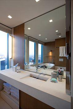Banheiro Branco e Madeira