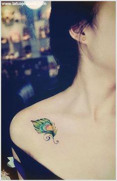 hermosa pluma colorida 15 tatuajes de plumas para mujeres