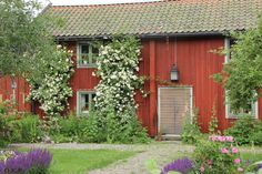 Bildresultat för hus gårdar 1700-talet Swedish Cottage, Swedish House, Cottage Style, House In Nature, Cottage Homes, Cozy House, Country Style, Old Houses, Exterior Design