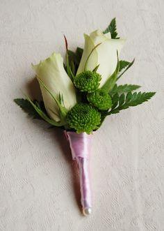 Bruidegomcorsage met witte rozen en groene santini afgewerkt met roze satijnlint. www.meesterlijkgroen.nl